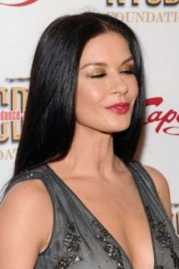 La actriz mantiene una deslumbrante cabellera negra con la ayuda de las mascarillas de caviar. Foto:Getty Images