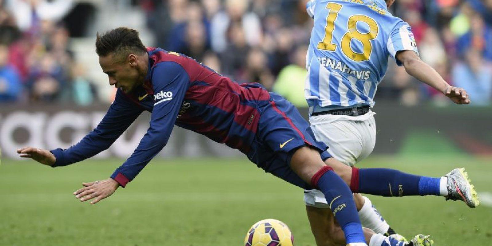 Neymar va al piso tras una fuerte acción.
