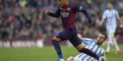 Neymar deja en el camino a un jugador del Málaga. Foto:AFP