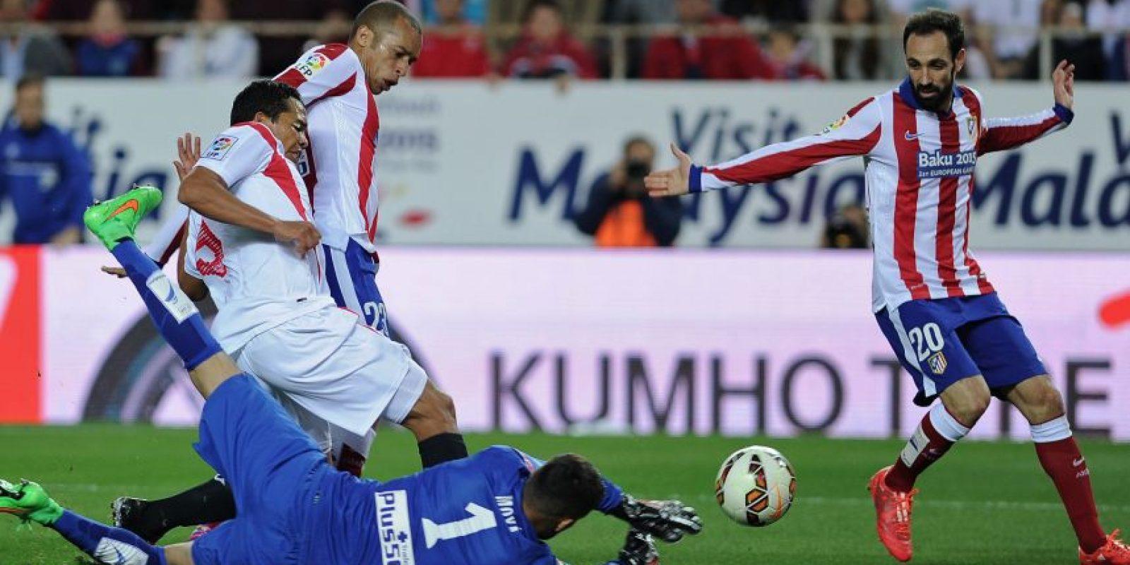 Juanfran busca la pelota en un juego de la Liga. Foto:AFP