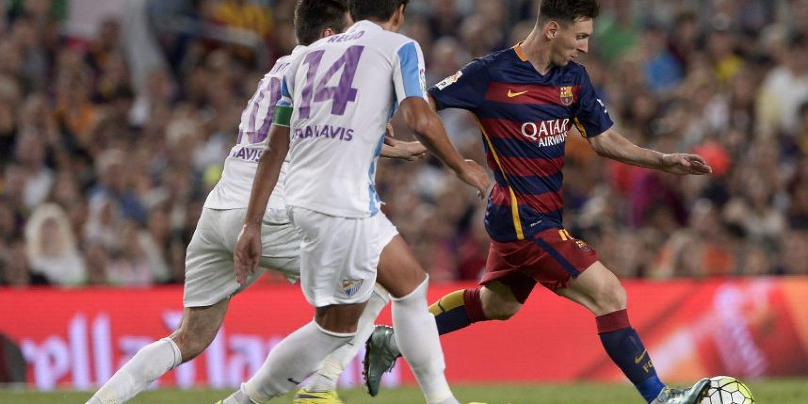 Lionel Messi hace un pase durante un partido. Foto:AFP
