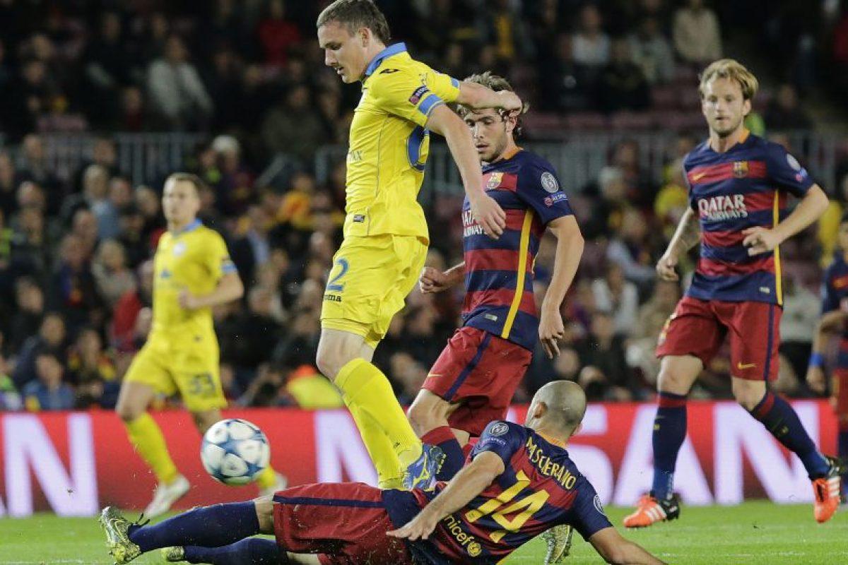 Javier Mascherano se barre para recuperar el balón. Foto:AFP
