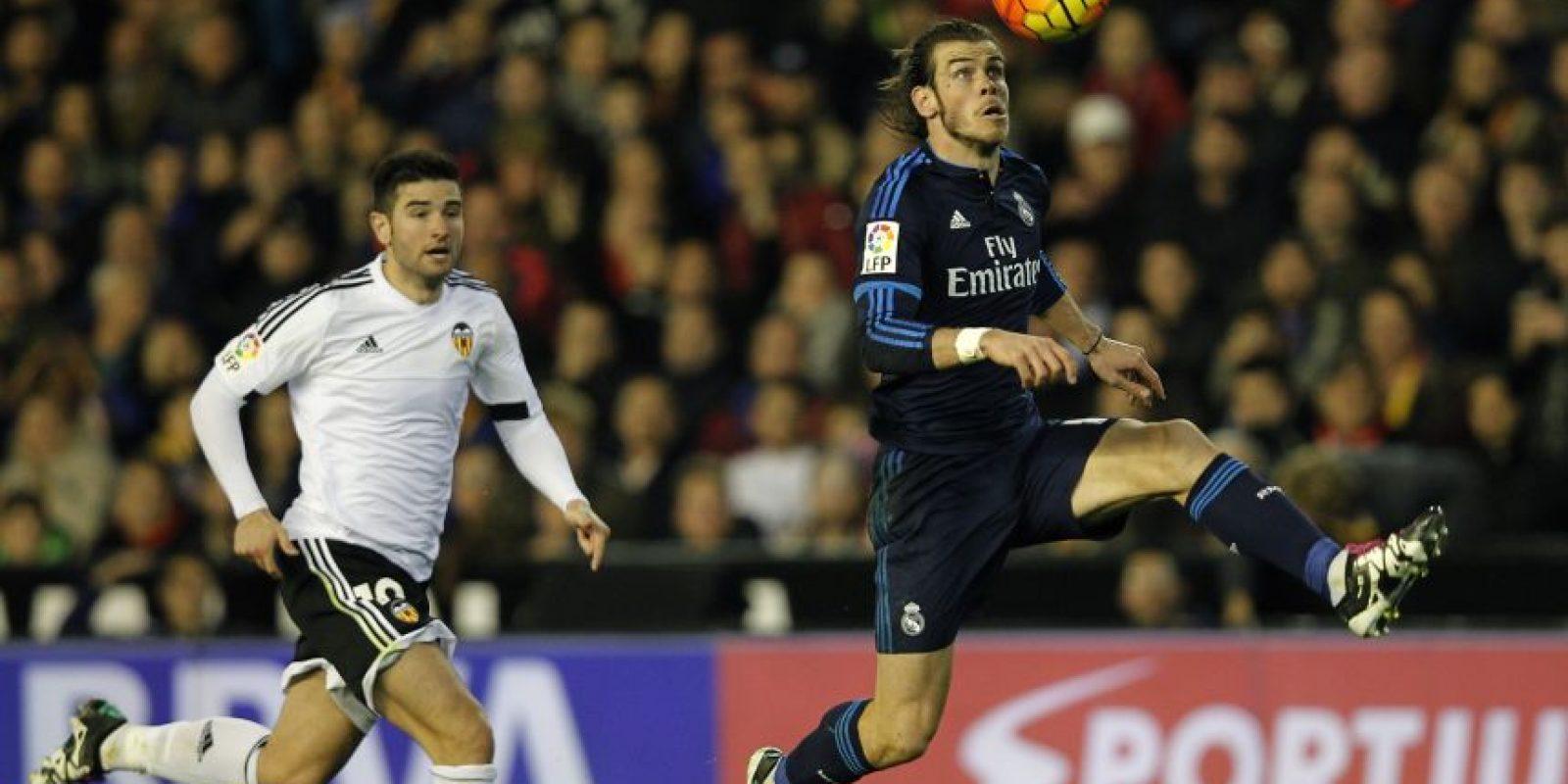 Gareth Bale domina la pelota contra el Valencia. Foto:AFP