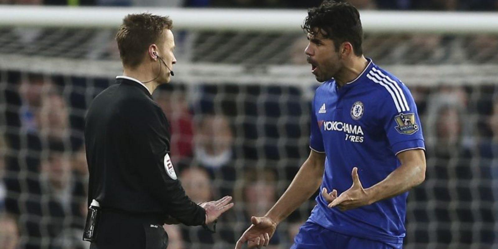 Diego Costa le reclama a un árbitro. Foto:AFP