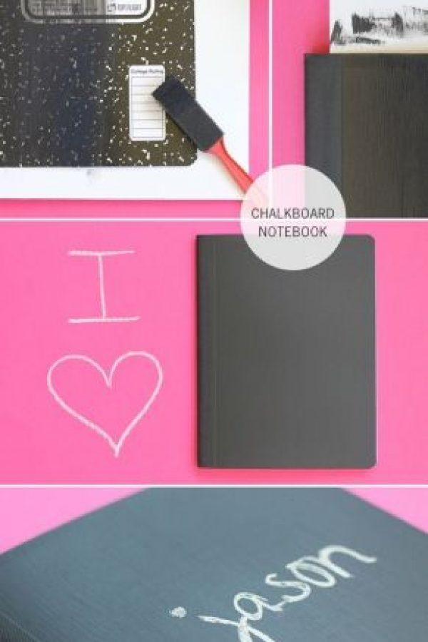 Usa pintura negra de pizarra y dale un look diferente a tus libros Foto:Pinterest.com