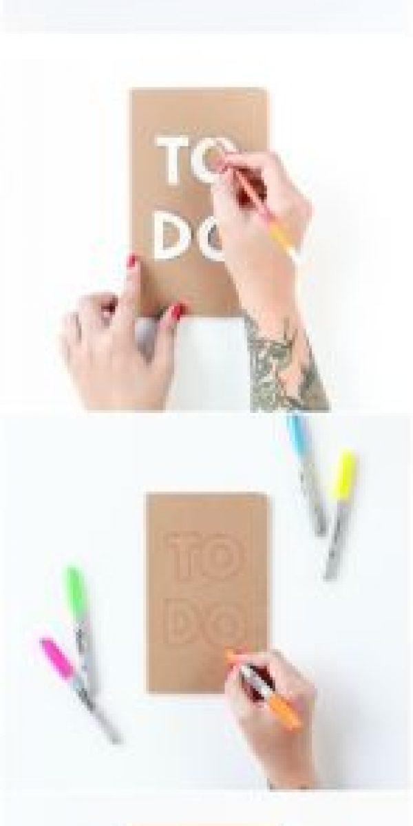 Con marcadores y papel craft puedes decorar tus cuadernos Foto:Pinterest.com
