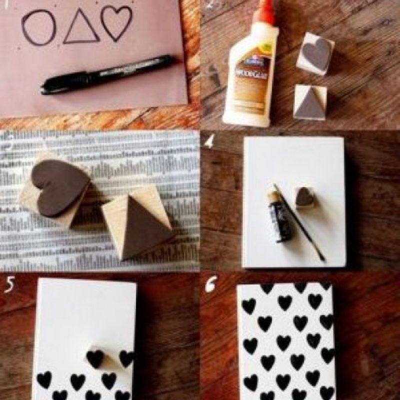 Cellos, pegamento blanco, un cuaderno blanco y pintura acrilica negra Foto:Pinterest.com