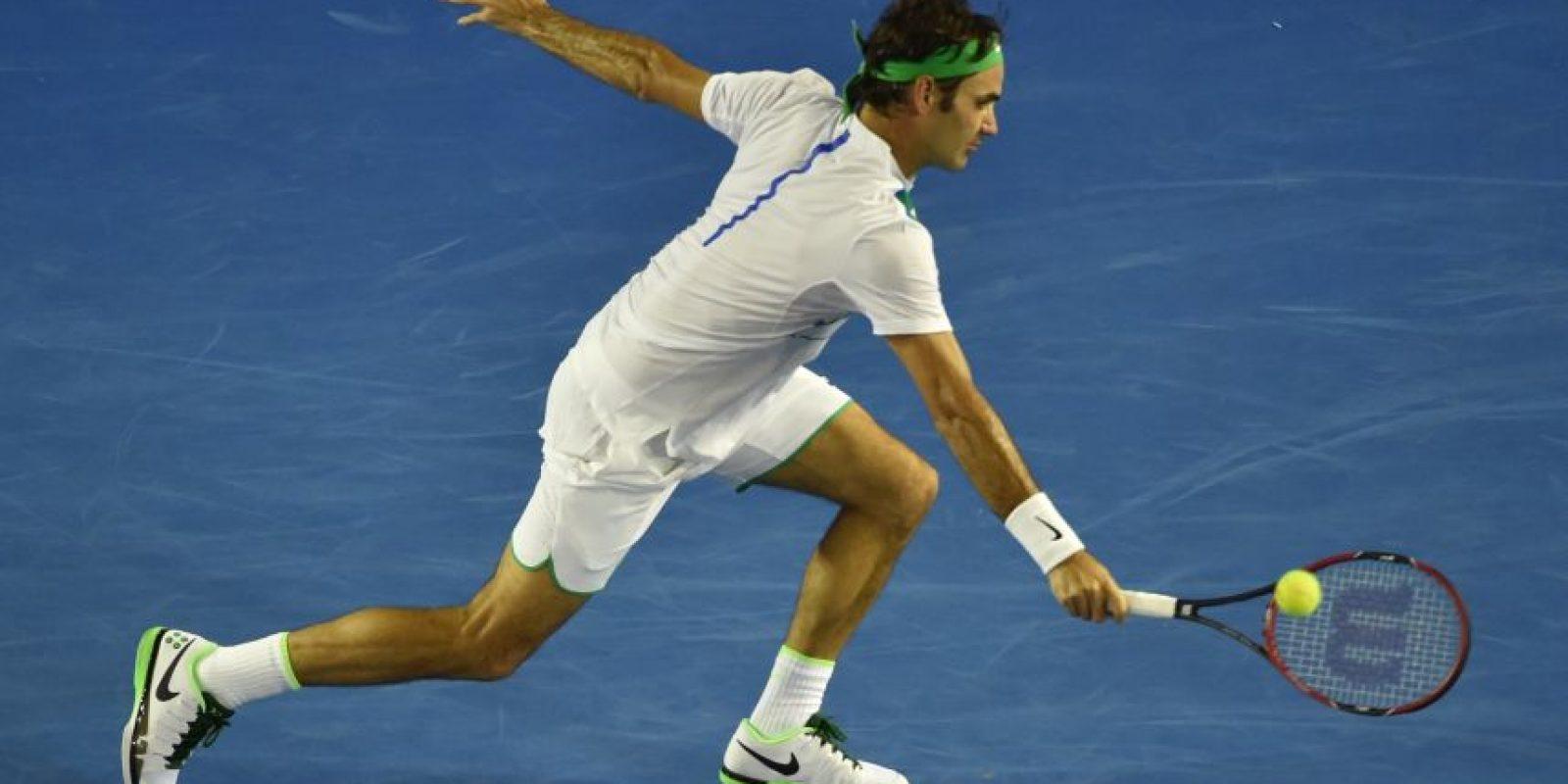 Roger Federer se esfuerza por devolver un servicio. Foto:AFP