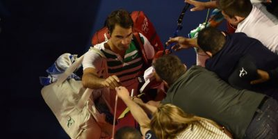 El suizo da autógrafos a sus seguidores. Foto:AFP