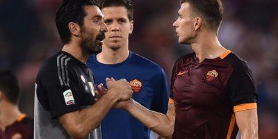 Gianluigi Buffon saluda a un jugador de la Roma. Foto:AFP