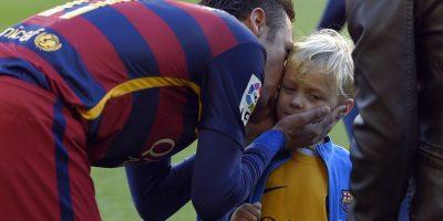 Neymar besa a su hijo antes de un partido. Foto:AFP