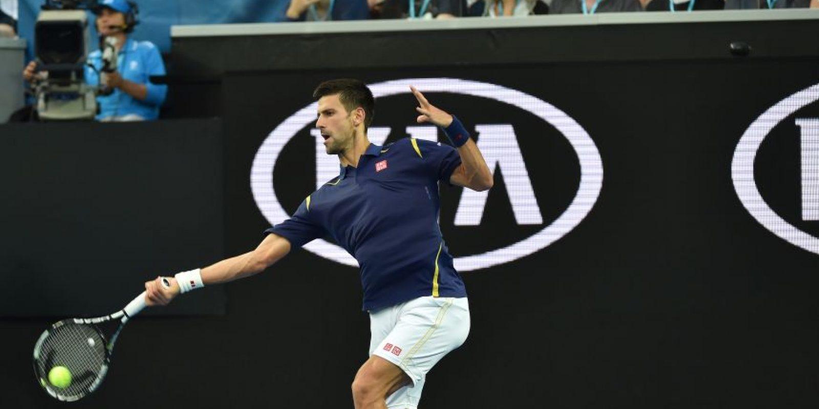 El número 1 de la ATP devuelve un servicio. Foto:AFP