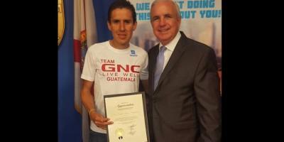 Fondista guatemalteco Luis Carlos Rivero es premiado en Estados Unidos