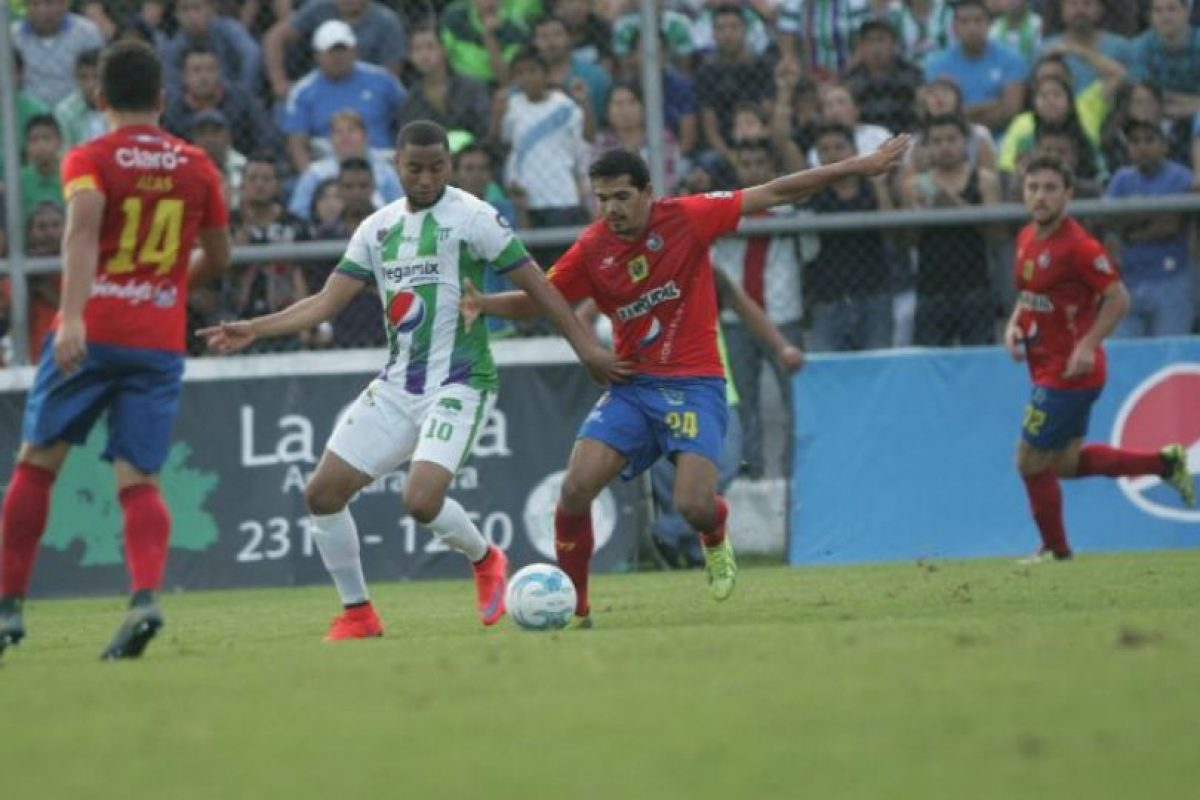 Manfred Russell y Marco Rivas disputan el balón. Foto:Publinews