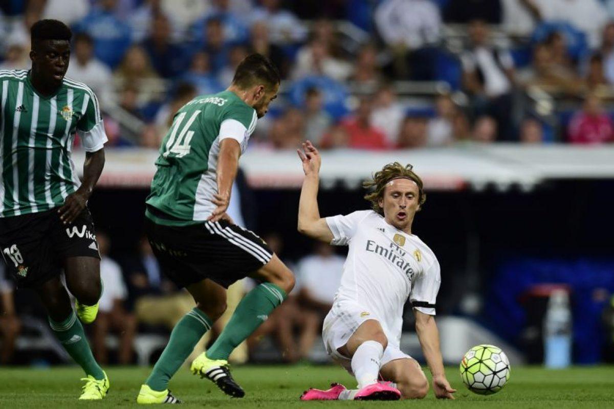 Luka Modric se barre y le quita el balón a un rival. Foto:AFP