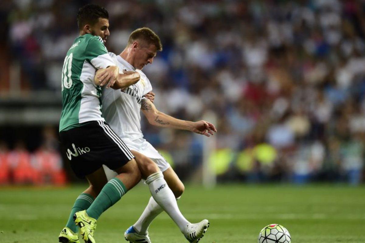 Toni Kroos protege la pelota ante la marca de un rival. Foto:AFP