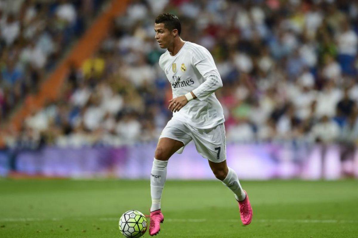 Cristiano Ronaldo condce el balón en un juego ante el Betis. Foto:AFP