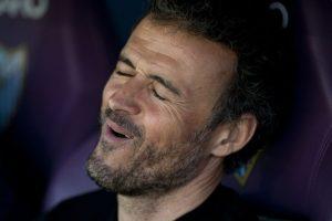 El técnico del Barcelona, Luis Enrique, se lamenta durante el partido en Málaga. Foto:AFP