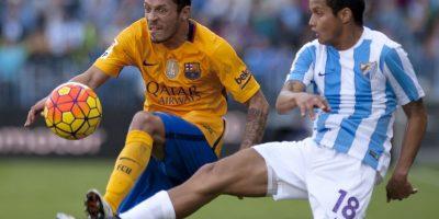 El brasileño Adriano disputa el balón con Rosales del Málaga. Foto:AFP