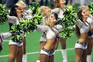 Las porristas le dan un toque diferente a un partido de fútbol americano. Foto:AFP