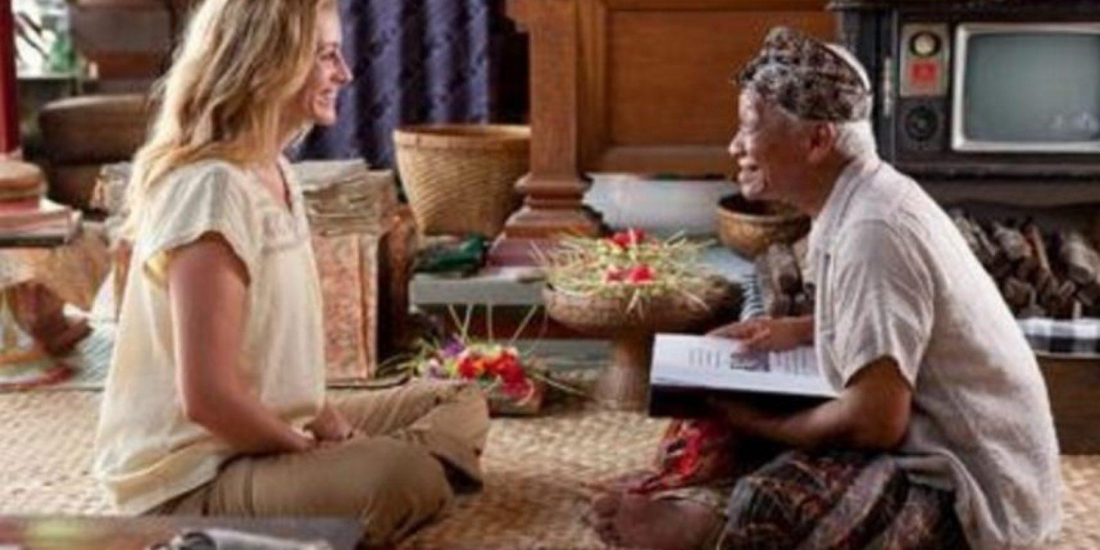 Después de su divorcio, Liz decide rehacer su vida. Así que emprende un viaje por el mundo en busca de buena comida, espiritualidad y amor verdadero. Foto:vía Netflix