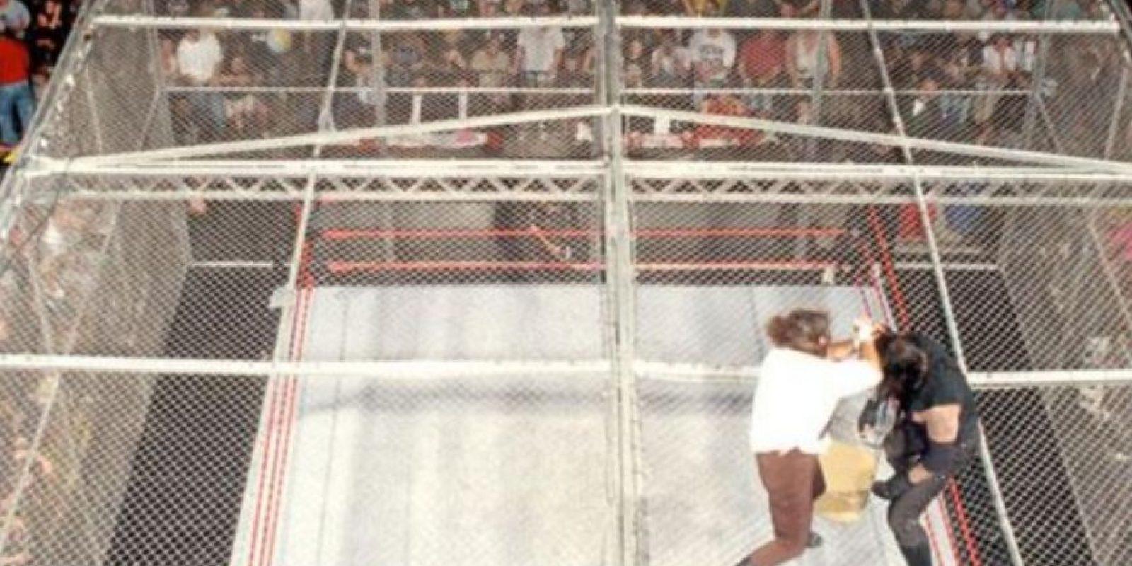 Otras espectaculares peleas de la WWE: Undertaker vs Mankind en The King of the ring de 1998. Foto:WWE