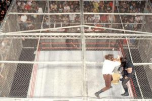 Otras espectaculares peleas de la WWE: Undertaker vs Mankind en The King of the ring de 1998. Foto: WWE