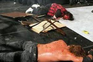 Mick Foley también protagonizó otra sangrienta y espectacular pelea contra Edge, en Wrestlemania XXII. Foto:WWE