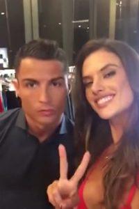 Cristiano y Alessandra se tomaron un selfie. Foto:GQ / YouTube