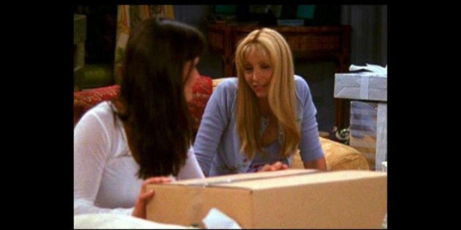 """""""Mónica"""" envuelve una caja de regalo. Foto:YouTube / Warner Bros"""