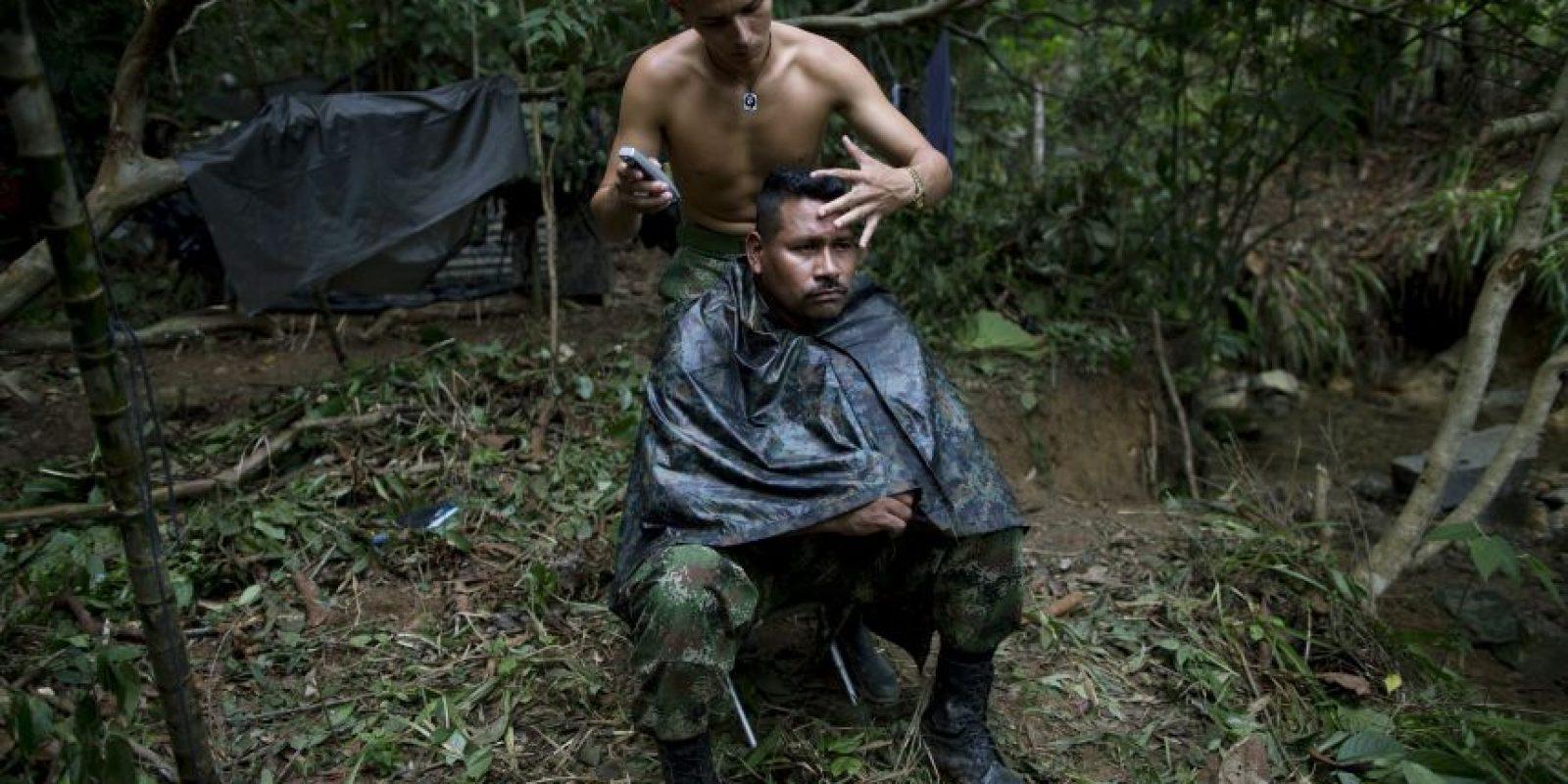 En esta imagen, tomada el 5 de enero de 2016, Alexis, un guerrillero de 24 años, corta el pelo a Juan Pablo, comandante del 36to frente de las Fuerzas Armadas Revolucionarias de Colombia, o FARC, en su campamento, escondido en los Andes noroccidentales de Colombia, en el estado de Antioquia. Ahora, tras 25 años planeando emboscadas y montando minas antipersona, la paz está al alcance de la mano y por primera vez Juan Pablo piensa en su futuro lejos de su escondite en la selva. Foto:AP/ Rodrigo Abd