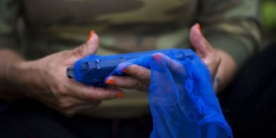 En esta imagen, tomada el 5 de enero de 2016, Cindy, una combatiente del frente 36 de las Fuerzas Armadas Revolucionarias de Colombia, o FARC, guarda su arma en una tela tras una limpieza rutinaria, para protegerla de la humedad y la lluvia, en un campamento clandestino de la guerrilla en el estado de Antioquia, en el noroeste de los Alpes colombianos. Foto:AP/ Rodrigo Abd