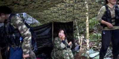 """En esta imagen, tomada el 4 de enero de 2016, Yira Castro, una comandante de nivel medio del 36to frente de las Fuerzas Armadas Revolucionarias de Colombia, o FARC, se aplica crema en la cara, en un campo clandestino de la guerrilla en el estado de Antioquia, en el noroeste de los Alpes Colombianos. Gyra ejerce de """"madre"""" de las 12 chicas de entre 18 y 34 años que se acercan a ella cariñosamente. Foto:AP/ Rodrigo Abd"""