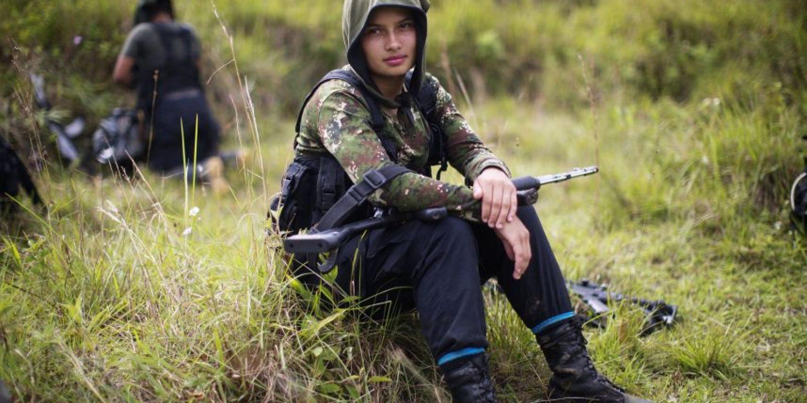 En esta imagen, tomada el 6 de enero de 2016, Juliana, una combatiente rebelde de 20 años del 36to frente de las Fuerzas Armadas Revolucionarias de Colombia, FARC, descansa tras un paseo por los Andes colombianos, en el estado de Antioquía. Foto:AP/ Rodrigo Abd