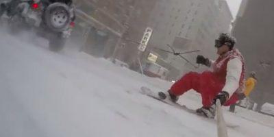 VIDEO: Hombre hace snowboard por las calles de Nueva York y se hace viral