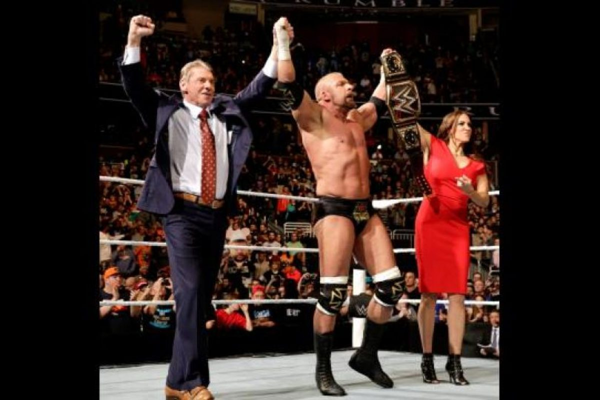 Fue felicitado por Vince McMahon y su pareja Stephanie McMahon Foto:WWE