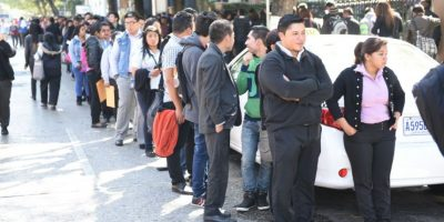 Decenas de personas buscan una oportunidad de trabajo