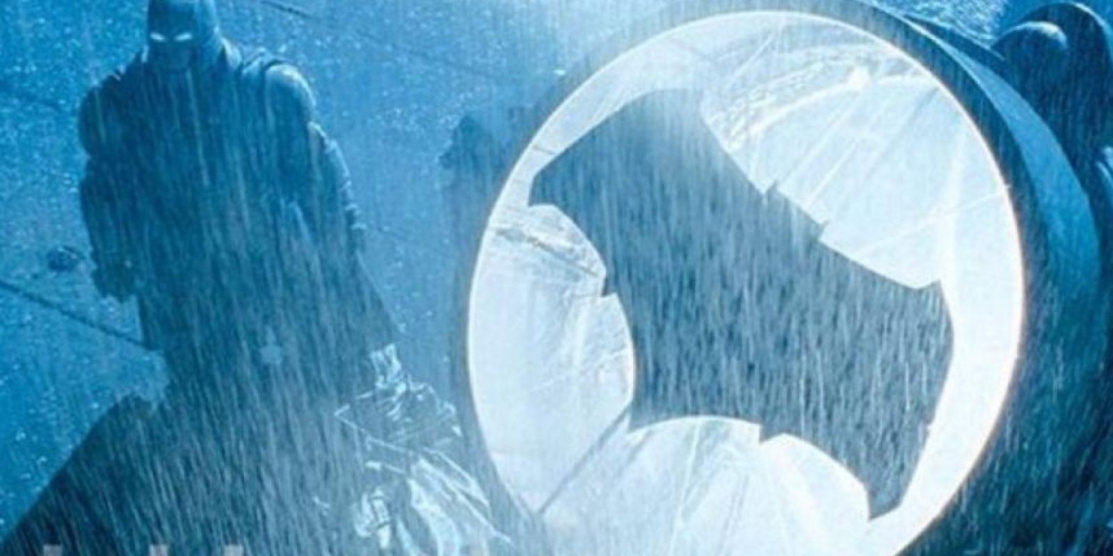 """""""Bruce Wayne"""", después de ser testigo del asesinato de sus padres cuando era niño, decide someterse a un riguroso entrenamiento físico y mental, más tarde se convierte en """"Batman"""". Foto:Vía Twitter/EW"""
