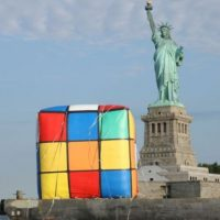 El cubo de Rubik más grande del mundo está en Knoxville, Estados Unidos; tiene tres metros de alto y pesa 500 kilos. Foto:Getty Images