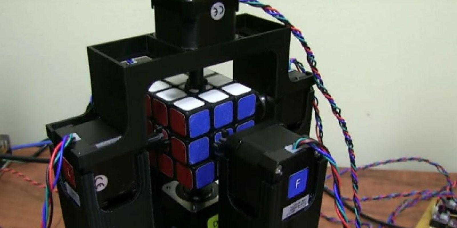Este robot es más rápido que ustedes para resolver el cubo de Rubik. Foto:Jay Flatland / YouTube