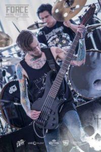Pablo Holman. Desde 2014, el chileno se convirtió en el bajista de la banda de metal, Entertain The Beast. Foto:vía facebook.com/Pabloholmanoficia