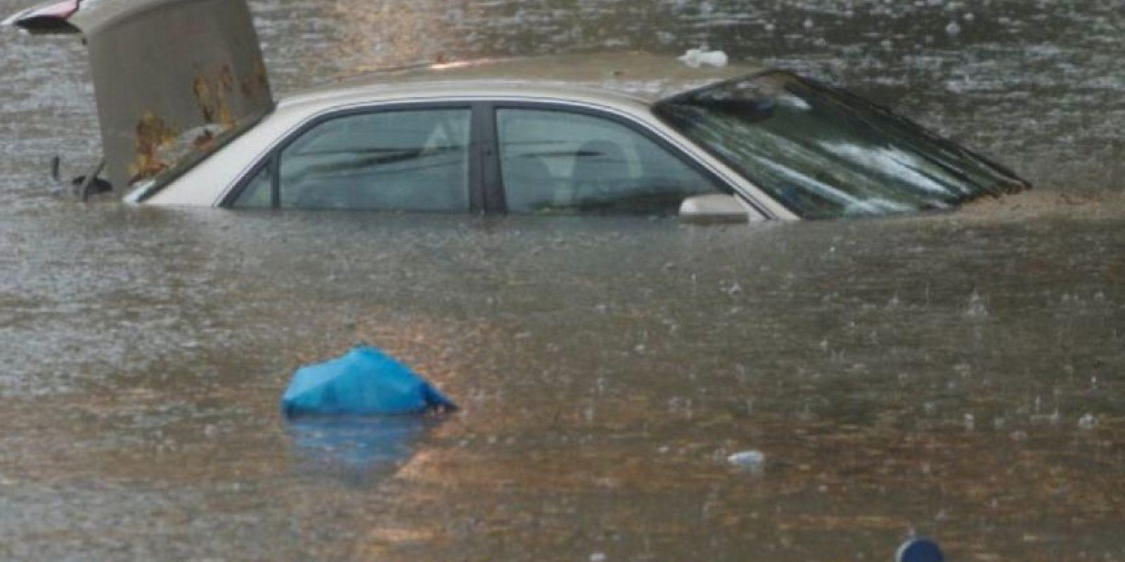 Una pareja británica estacionó su auto cerca de un río, mientras se divertían en la parte trasera este resbaló causando la muerte de ambos. Foto:Sliive