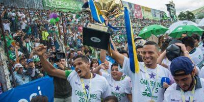 Osiel Rivera y Óscar Isaula con el título de campeón. Foto:Luis Carlos Nájera