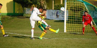 """Rolando """"El Toro"""" Blackburn realiza un remate a la portería de Guastatoya Foto:Comunicaciones FC"""