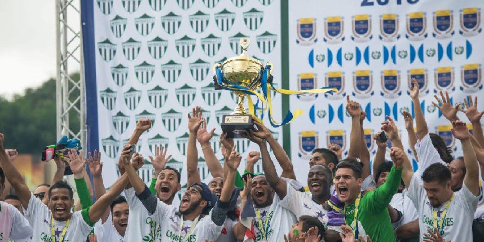 Momento en que los jugadores de Antigua alzaron la copa. Foto:Luis Carlos Nájera