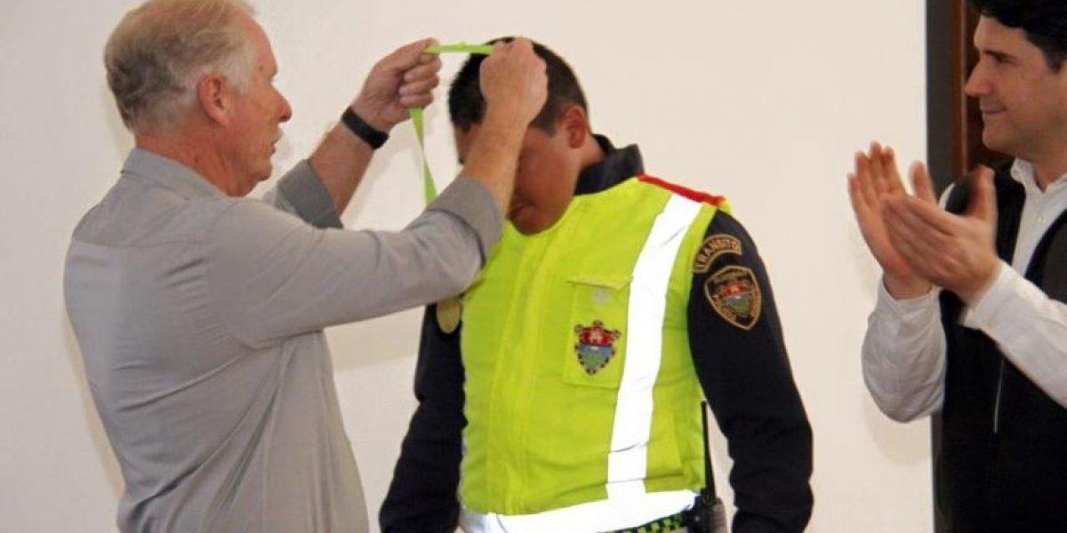 Arzú condecora a policía de tránsito que fue grabado al emitir una multa