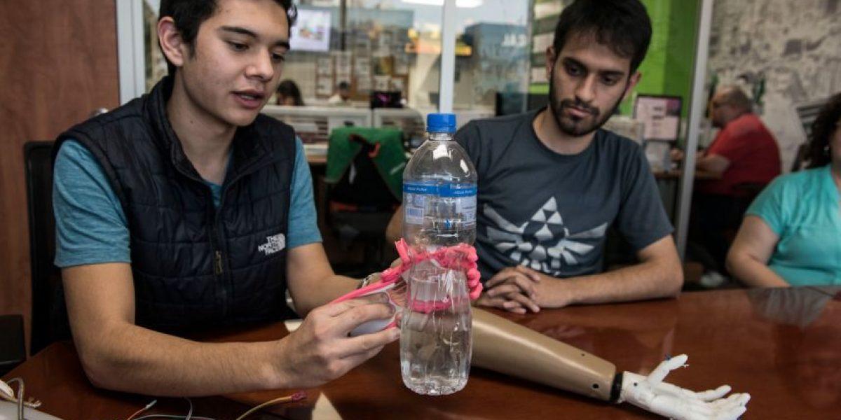 Jóvenes de la Universidad Galileo crean prótesis mecánicas y biónicas