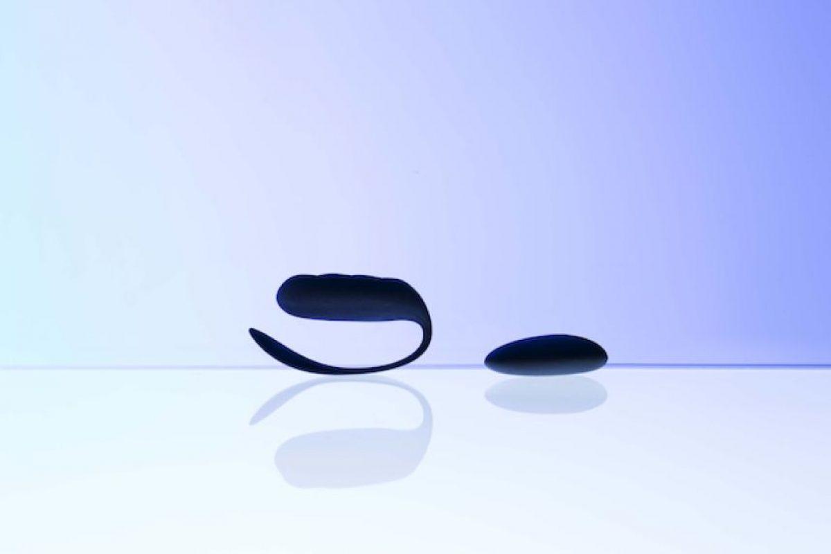 El dispositivo consta de dos partes – un tablero con botones en el que se pulsa los acordes y las notas, y una púa de guitarra llena de sensores Foto:Kurv Music