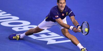 Novak Djokovic se esfuerza para llegarle a la pelota. Foto:AFP