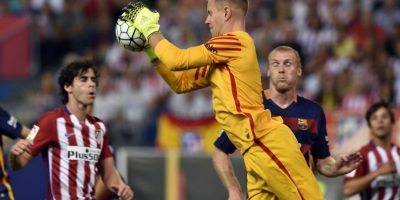 Ter Stegen atrapa el balón ante la mirada de Tiago y Mathieu. Foto:AFP
